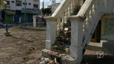 Vendedores ambulantes fazem ação de limpeza nas praças em frente à igreja Matriz - Ação ocorreu na manhã desta sexta, feriado de Tiradentes.