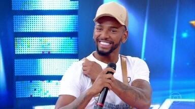 Nego do Borel canta hit 'Não Me Deixe Sozinho' - Cantor agita o palco do Caldeirão