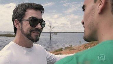 Padre Fábio de Melo conhece projeto no norte da Amazônia - O padre pega um barco até Dominguinhos e conhece membros do projeto Litros de Luz Brasil