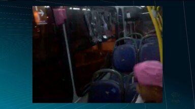 Vândalos se passam por torcedores e jogam pedras no ônibus - Uma das pessoas que estavam dentro do ônibus filmou a ação.