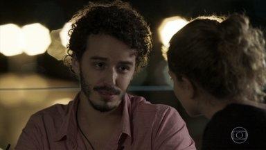 Cláudio confidencia a Ivana seus problemas familiares - O rapaz desabafa sobre conflitos com o pai