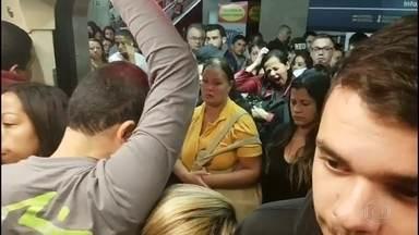 Problema na Linha Azul do metrô lota trens e reduz velocidade de deslocamento - Tempo do percurso entre duas estações chegou a durar 40 minutos e, segundo o metrô, houve um problema nos trilhos da estação da Sé na manhã desta terça-feira (25).