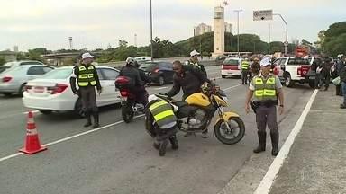 """Polícia Militar faz operação para fiscalizar motos nas Marginais Tietê e Pinheiros - Segundo informações da PM, 97 policias participaram da operação """"Cavalo de Aço"""" nesta terça-feira (25). Ao todo, foram sete pontos de fiscalização ao logo das vias."""