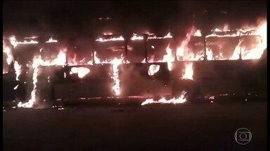 Ladrões roubam passageiros e incendeiam dois ônibus na Zona Norte da capital - Dois ônibus são incendiados na Zona Norte. A polícia ainda não sabe se os dois casos têm ligação, mas a sequência de crimes assusta passageiros e moradores.
