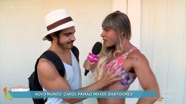 Carol Paixão invade os bastidores da novela 'Novo Mundo' - A intrépida repórter do 'Vídeo Show' avacalha a galera do século XIX e diverte o elenco da novela das seis
