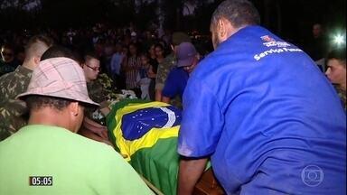 Parentes dizem que recrutas que morreram afogados não sabiam nadar - Os três rapazes participavam de um treinamento do Exército em Barueri, na Grande São Paulo. Os corpos foram enterrados na terça-feira (25).