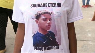 Parentes e amigos se despedem de adolescente morto no Complexo do Alemão - Paulo Henrique de Oliveira, de 13 anos, foi baleado, na segunda-feira, durante a operação da polícia para instalar uma torre blindada na comunidade.