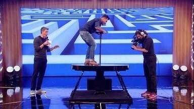 """Dani Calabresa e Rodrigo Sant'anna disputam """"No Balanço do Disco"""" - O desafio é subir no tampo da mesa e conduzir com o peso do corpo uma bola até a caçapa no centro do labirinto"""