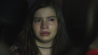 Joana diz a Manu que Ricardo não morreu - Tânia leva as duas para longe de Caio