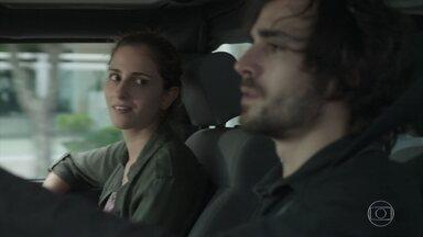 Ivana desconfia que Ruy esteja apaixonado por Ritinha - O rapaz quase bate com o carro ao se distrair