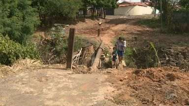 Moradores de Sumaré reclamam de passarela 'remendada' no bairro Nova Veneza - A passarela existe há cerca de 10 anos no local e sofreu estragos recentemente por conta de uma tubulação de água estourada.