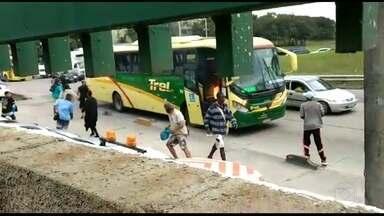 Video mostra momento em que ônibus é incendiado na Washington Luís - Homens jogam líquidos inflamáveis e logo em seguida ateia fogo no ônibus que ainda tem passageiros dentro.