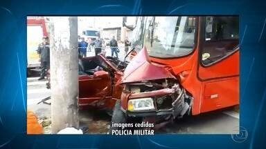 Acidente entre ônibus e carro no Barreiro, em Belo Horizonte, deixa feridos - A batida aconteceu na Rua Antônio Eustáquio Piazza, no bairro Tirol, na Região do Barreiro. O carro ficou prensado entre o ônibus e um poste. Dois dos feridos estão em estado grave.