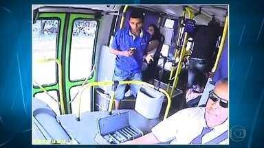 Onda de assaltos a ônibus na Região Metropolitana de BH faz passageiros mudarem rotina - Alguns dos usuários já sai de3 casa com dinheiro reservado para entregar para os criminosos. A reportagem é de Ricardo Soares e Saulo Luiz.
