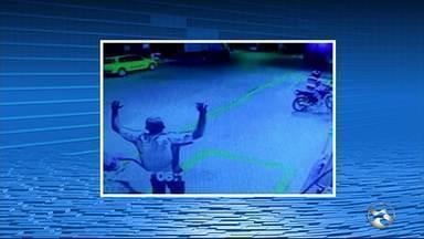 Posto de combustíveis é assaltado em Belo Jardim, no Agreste - Frentista conversava com dois clientes quando duas motos chegaram e anunciaram o assalto.
