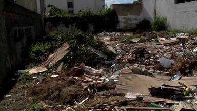 Descarte irregular de lixo é problema enfrentado por moradores no bairro do Farol - AL TV Nas Comunidades foi até o local para mostrar um terreno abandonado que acabou se transformando em um lixão a céu aberto.