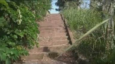 Moradores reclamam da falta de manutenção em escadaria de Pirajuí - Em Pirajuí (SP) o problema é a escadaria que liga o Jardim Paraíso ao centro da cidade. O acesso é muito usado pelos moradores, mas está precisando de uma manutenção. A reclamação foi enviada pelo WhatsApp da TV TEM.