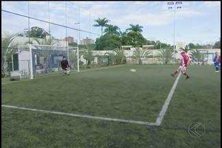Gols e festa: Idoso comemora aniversário e mostra fato de artilheiro aos 90 anos - Fernando Medrado comemora mais uma primavera com os amigos jogando bola e marcando gols