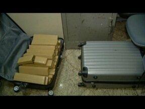 Homens são presos transportando 55 kg de maconha em táxi na BR-259 - Eles disseram à polícia que a droga seria levada de Diadema (SP) para Serra (ES); homens foram encaminhados à delegacia de Governador Valadares.