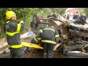 Uma pessoa morre e 5 ficam feridas em acidente envolvendo três carros na BR-381 - Em Bom Jesus do Galho, casal morre em acidente de moto.