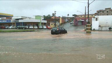 Chuva forte em São Luís alagou ruas e avenidas na tarde de terça - A chuva desta terça-feira (2) à tarde não foi pouca. O estrago por São Luís foi grande: ruas e avenidas alagadas e o povo se virando para chegar ao destino.