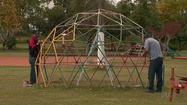 Parque das Crianças, em Guarapuava, começa a receber melhorias. - Investimento deve ser de R$17 mil reais. As obras devem ficar prontas em até 30 dias.