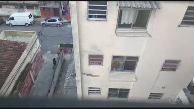 RJTV Segunda edição - Edição de terça-feira, 02/05/2017 - Dia de violência no Rio de Janeiro. A principal via da cidade foi interditada, ônibus foram incendiados e passageiros ficaram no meio do fogo cruzado. Ao todo, 32 fuzis foram apreendidos e 40 suspeitos foram presos. E mais as notícias do dia.