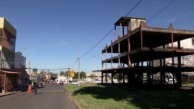 Obra abandonada há 25 anos em Ceilândia começa a ser demolida - Os trabalhos na chamada BatCaverna começaram na manhã desta quinta-feira (4)