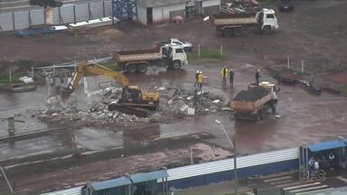 Começa a demolição das paredes do antigo terminal de Maringá - Expectativa é remover 4 mil toneladas de entulho do local