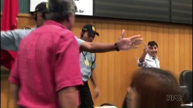 Comissão de Ética vai discutir possíveis punições a vereadores que bateram boca na Câmara - Os vereadores Boca Aberta e Jamil Janene discutiram durante a sessão da Câmara de Londrina desta quarta-feira.