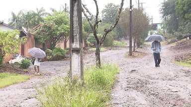 Chuva atrapalha mutirão da prefeitura no distrito de Irerê - Irerê foi o assunto em destaque no Paraná TV desta quinta-feira, na série de reportagens sobre os distritos rurais de Londrina. O mutirão de limpeza programado pela prefeitura para o distrito começou, mas foi adiado por causa da chuva forte.