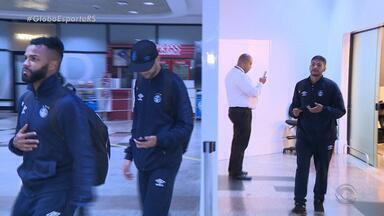 Cansados da viagem, gremistas chegam do Chile após derrota - Apenas uma torcedora recepcionou a delegação Tricolor e conseguiu tirar uma foto com o técnico Renato.