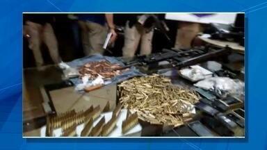 Polícia prende quadrilha com arsenal de guerra na fronteira com MS - Sete homens, cinco deles brasileiros, foram presos na cidade paraguaia de Pedro Juan Caballero com fuzis de fabricação norte-americana, russa e belga, muita munição, coletes à prova de balas, celulares, cocaína, maconha, dinheiro e veículos.