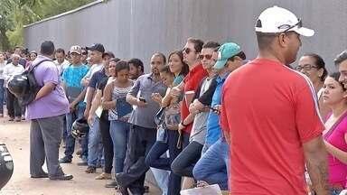 Desempregados fazem fila para curso de qualificação em Três Lagoas, MS - Muita gente acordou cedo em Três Lagoas para se inscrever em cursos de capacitação. Eles querem melhorar as chances de encontrar uma vaga no mercado de trabalho, cada vez mais concorrido.