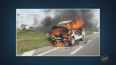 Van pegou fogo na tarde desta quinta (4) na rodovia Adhemar de Barros - Fogo foi controlado quando estava no trecho da rodovia em Mogi Mirim (SP).