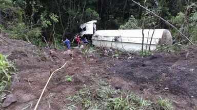 Caminhoneiro morre em acidente na BR-153 perto de União da Vitória - Veículo despencou de um barranco. O acidente foi nesta quinta-feira (4).
