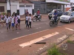 Crianças recebem orientações sobre como atravessar a faixa de pedestres - Alunos receberam ações educativas sobre o trânsito