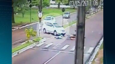 Flagrante mostra momento de acidente entre carro e moto em João Pessoa - As imagens circularam nas redes sociais.