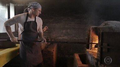 Murilo Rosa coloca os pães no forno - O ator aprende a acender o fogo e coloca os pães para assar
