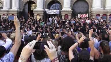 Cariocas falam sobre a força do protesto de funcionários e artistas do Theatro Municipal - Cariocas falam sobre a força do protesto de funcionários e artistas do Theatro Municipal