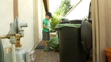 Menino de sete anos lucra com serviço de reciclagem - Ryan mora em San Juan Capistrano, na Califórnia, e desde os três anos é apaixonado por reciclagem. Já ganha dinheiro com o serviço de coleta, tem um carro para fazer a coleta do lixo e já deu entrevista em trinta e oito países.