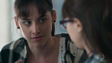 Benê aconselha Lica a convidar Clara - Ela diz à amiga que Clara não deve ser excluída. Lica muda de ideia e convida a amiga