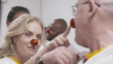 Angélica começa o processo de virar voluntária em hospital - A apresentadora se fantasiou de palhaça e ainda ganhou apelido