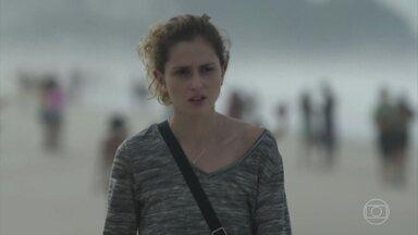 Ivana pensa em Cláudio - Ela lembra de uma conversa entre os dois enquanto caminha pela praia