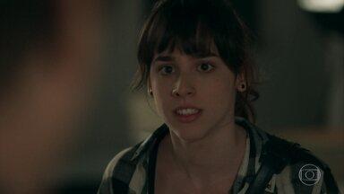 Lica fica furiosa com Edgard, Clara e Malu - A estudante não aceita a traição do pai