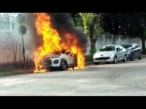 Carro pega fogo no Bairro Orto, em Ipatinga, e provoca nuvem de fumaça - Incêndio começou após carro ser estacionado.