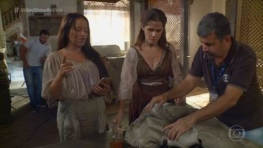 Ingrid Guimarães se diverte com simpatia de Elvira para agarrar homem - Vivianne Pasmanter e Ingrid seguram o riso nas gravações de 'Novo Mundo'