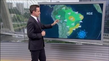 Chuva continua mais concentrada na região Norte do Brasil - No Amazonas, 21 cidades estão em situação de emergência por causa da cheia dos rios Solimões e Amazonas. Uma massa de ar frio, que está sobre o Uruguai, deixa as temperaturas mais baixas na metade Sul do país.