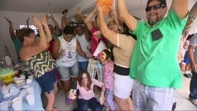 Moradores de bairro de Nova Iguaçu comemoram chegada da água - Em uma das visitas do RJ Móvel no bairro de Boa Esperança, os moradores chegaram a fazer dança da chuva. Agora, todos têm motivos para comemorar, pois a água chegou às torneiras.