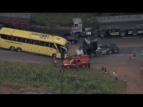 Carro cai em ribanceira e duas pessoas morrem na BR-381, em Belo Oriente - Segundo o Corpo de Bombeiros, motorista perdeu o controle da direção em uma curva, saiu da pista, capotou e caiu na ribanceira
